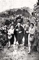 nciana campesina acompañada por sus nietos