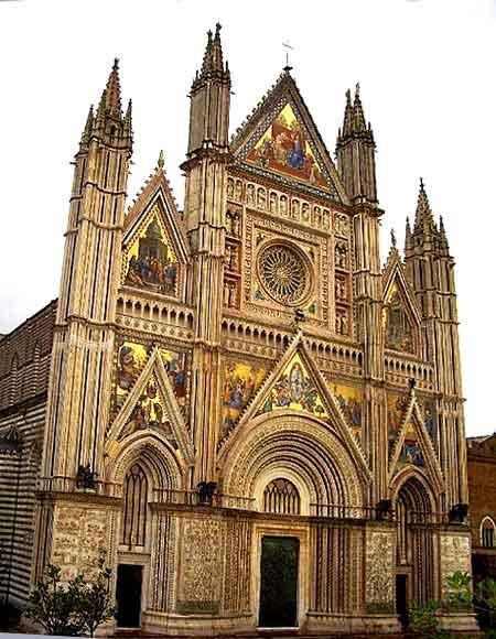La catedral de Orvieto fue construida en la Edad Media para conmemorar el milagro eucarístico de Bolsena: de la Hostia manó sangre