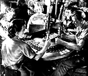 """Esta visión del trabajo es evidentemente mentirosa. Todo trabajo exige esfuerzo. Y el esfuerzo cansa, pesa y desgasta. Ahora bien, en esta fotografía precisamente las ideas de cansancio, peso y desgaste están enteramente eliminadas. Se diría que no existió el Pecado Original, y que el sudor """"ese terrible símbolo del esfuerzo penoso"""" no es inherente al trabajo."""