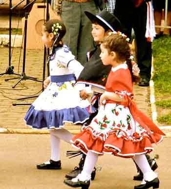 https://www.accionfamilia.org/images/trajes-tipicos-chile.jpg