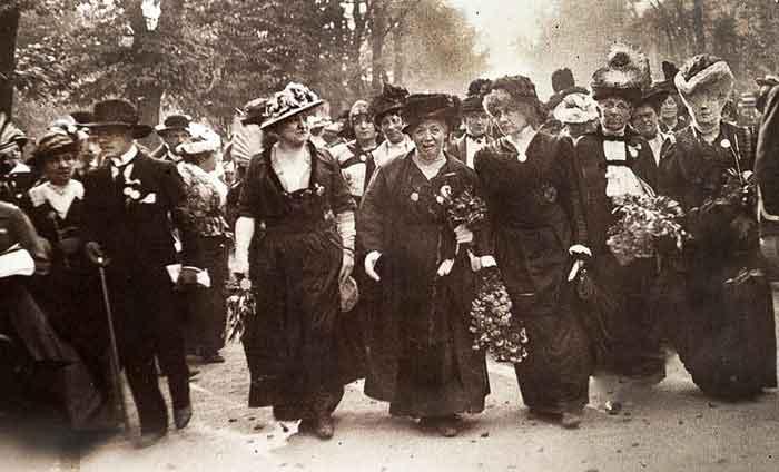 El afeminamiento del hombre y de masculinización de la mujer, que ya a comienzos del siglo XX era manifiesto