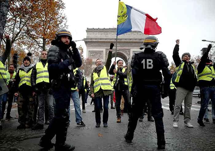 Chalecos amarillos se manifiestan en Francia y ponen en riesgo gobierno de Macron