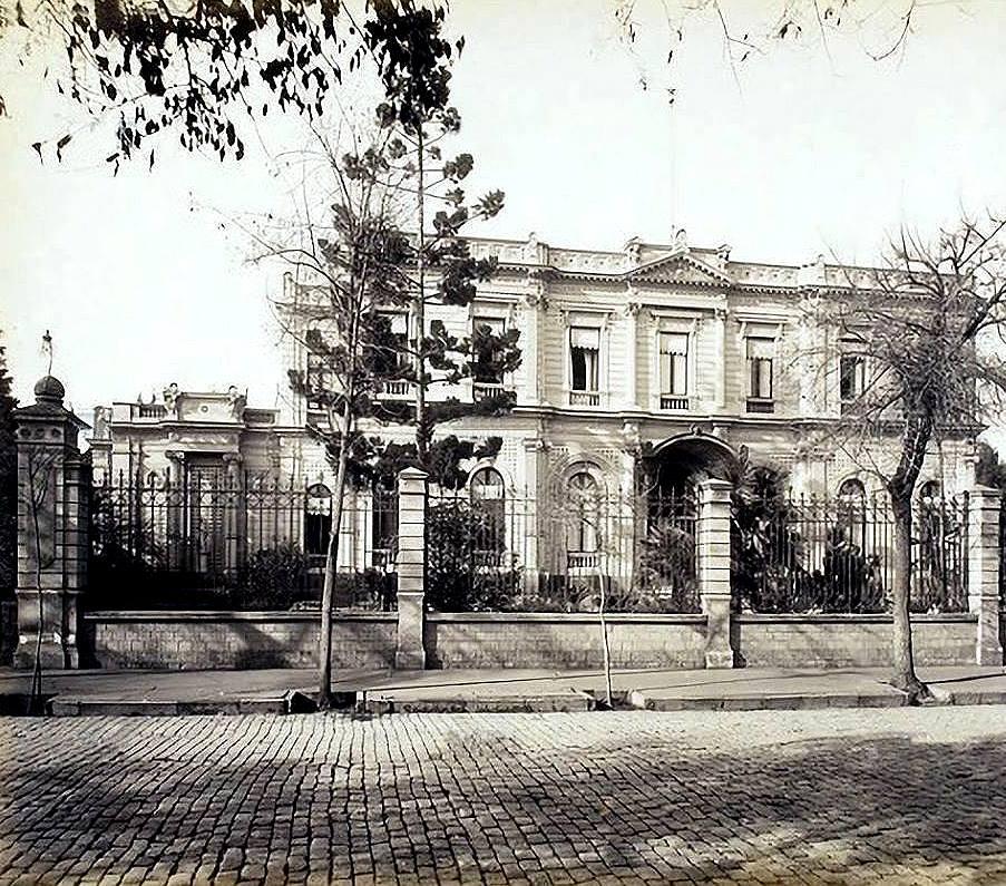 El Palacio Cousiño, una de las mansiones que daban el tono al Santiago de otrora. Los mediocres las destruyeron porque querían encontrar  las satisfacciones que el dinero promete pero no da.
