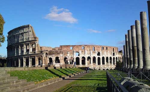 Es un monumento que refleja la elevación, la dignidad y el poder del Imperio Romano. Un gran contraste con el ambiente moderno