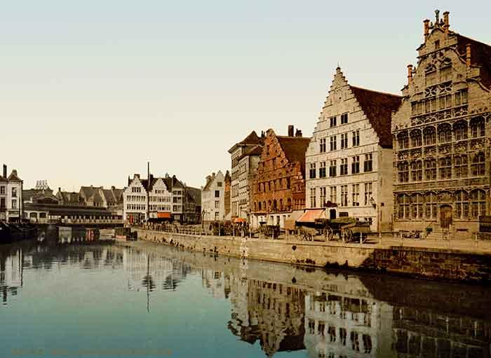 Edificios medievales bellos y elegantes que alojaban el comercio