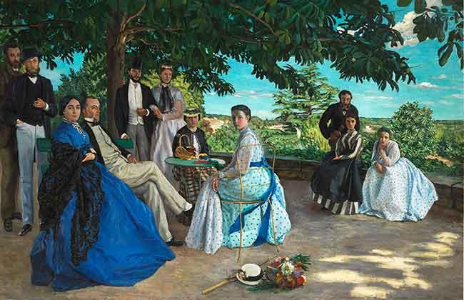 Amigos conversan distendidamente en un jardín