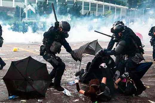 Policía hong kong agrede manifestantes
