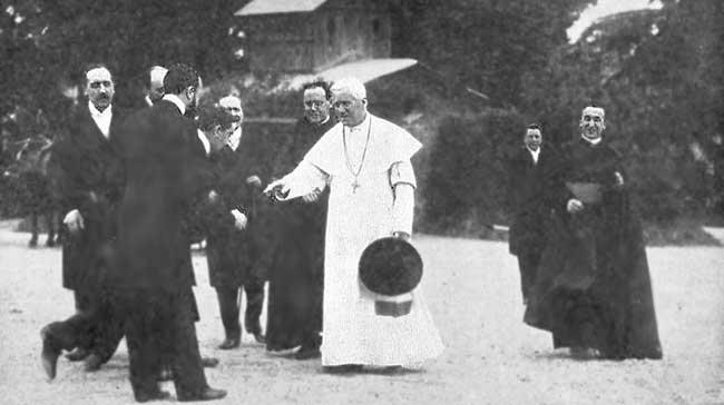 el Papa San Pío X acoge a distinguidos visitantes, que le presentan sus homenajes