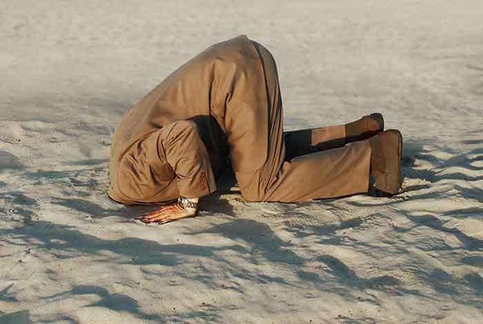 Metiendo la cabeza en la arena