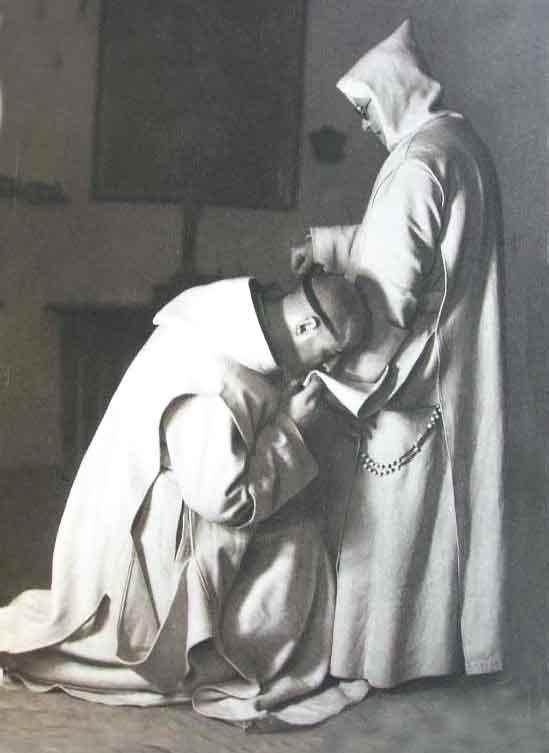 monje besa arrodillado el escapulario de su superior.