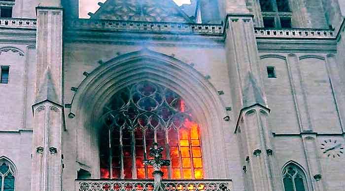 El incendio de la Catedral de Nantes y la persecución anticristiana