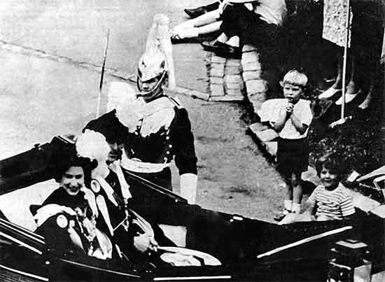 La Reina Isabel camino a su coronación. Un niño admira