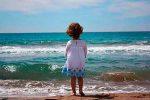niña contemplando el mar